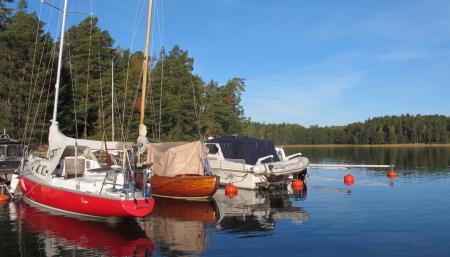 Förtöjda båtar vid småbåtshamnen i Värmdö kommun